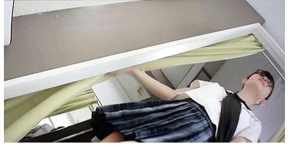 さっしー似の部活帰りの学生がスクール水着を試着してるところをカーテンの隙間から隠し撮り