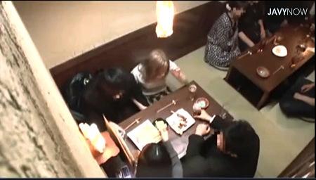 【泥酔】飲み会で泥酔したお姉さんがこっそりフェラチオ!