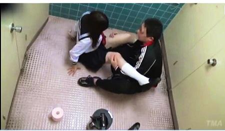【トイレ】公衆便所のドアをこじ開けてJKを強姦レイプです!