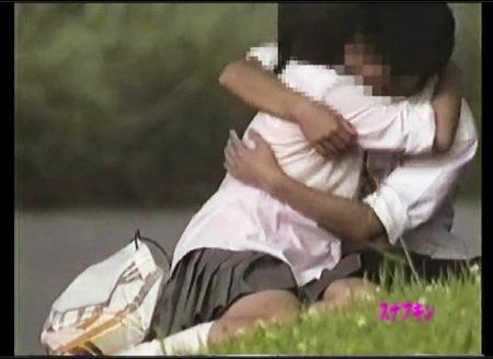 【青姦】昼間から抱き合ってるJCのバカップル!