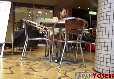 【パンチラ】カフェでパンチラを本物盗撮しました!