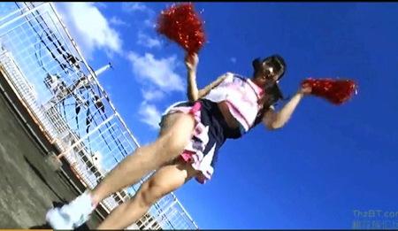 【パンチラ】学校の屋上でパンチラしてくれるチアガール!