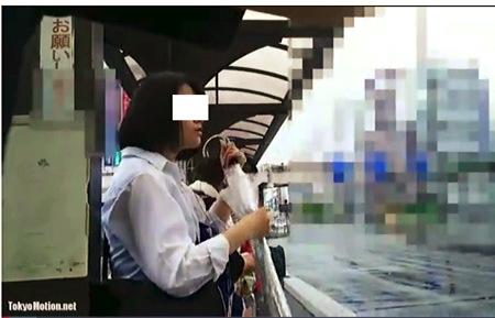 【パンチラ】バレてるのにやめない、しつこすぎるカメラ小僧です!