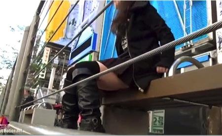 【盗撮】パンチラ・繁華街で座っていたミニスカートギャルのパンティ本物盗撮!