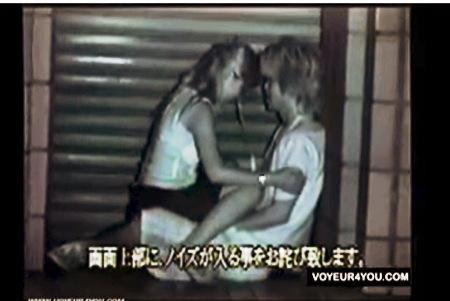 【盗撮】青姦・深夜のビルの裏で騎乗位セックスを楽しむバカップル!