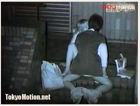 【個人撮影】青姦・野外で発情しているバカップルが騎乗位でセックス!