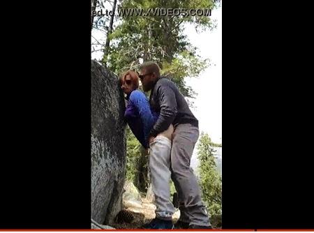 【個人撮影】青姦・露出マニアのバカップルが岩の陰で立ちバック!