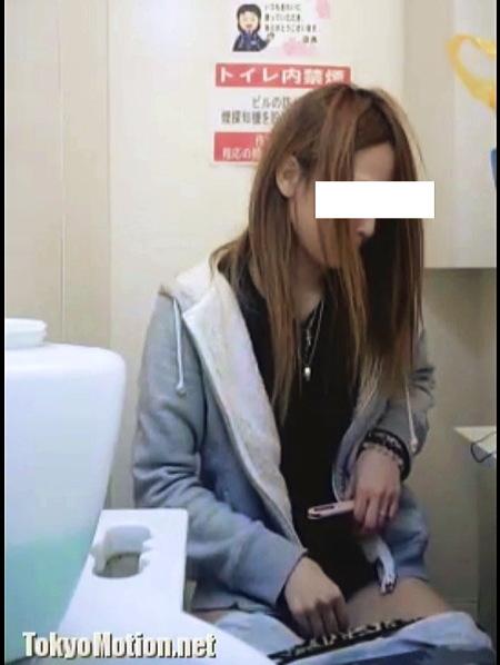 【個人撮影】おしっこ・美人でヤンキーっぽいギャルがタンポン交換!