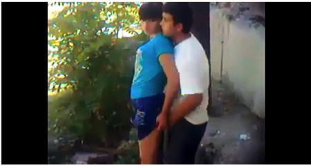 【個人撮影】青姦・これは危ないかなりの美人と彼氏が庭で立ちマン!