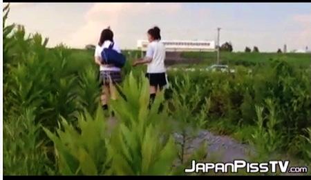 【個人撮影】おしっこ・学校の帰りに河原を歩いてるアウロリJKたちが野良ションです!