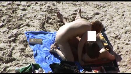 【個人撮影】青姦・海水浴場でチンポをフェラチオしてるバカップル!