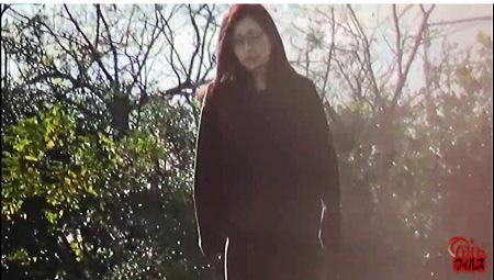 【個人撮影】おしっこ・メガネの真面目そうなお姉さんですが公衆便所が見つからなくて失禁!