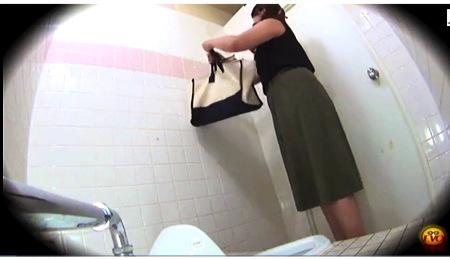 【個人撮影】トイレ・セレブな美人お姉さんたち!