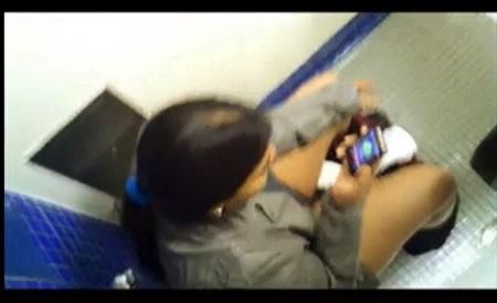 【個人撮影】おしっこ・公衆便所の上から放尿を隠し撮りです!