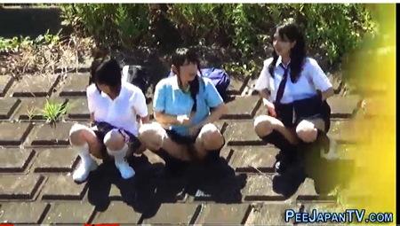 【個人撮影】おしっこ・仲良し三人組のアウロリJKが野良ション!