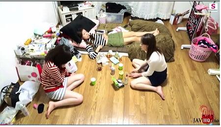【個人撮影】おしっこ・家飲みで女子会!泥酔して流しで放尿します。