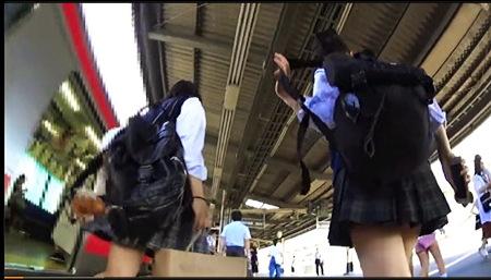 【個人撮影】パンチラ・これはやばい駅のホームでアウロリJK2人組をロックオン!
