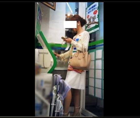 【個人撮影】パンチラ・コンビニエンスストアのATMでかなりの美人お姉さんを逆さ撮り!