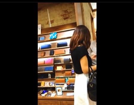 【個人撮影】パンチラ・ショッピングセンターにミニスカートお姉さんのパンティを逆さ撮り!