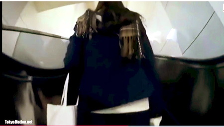 【個人撮影】パンチラ・これはエロい制服女子校生!追跡してスカートめくりをしています。
