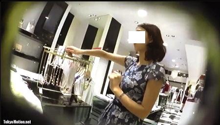 【盗撮動画】パンチラ・とてもエロい美人店員の隙をついてパンチラを逆さ撮りです!