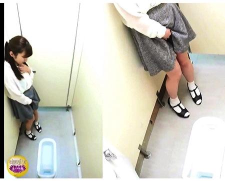 【個人撮影】おしっこ・完全に発情して公衆便所に入ってきたアウロリJK!