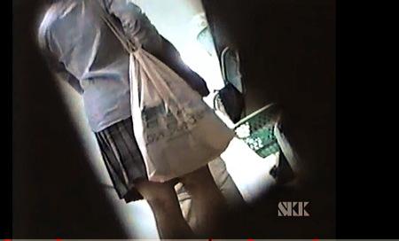 【盗撮動画】更衣室・とてもエロい女子校の更衣室で着替えている女子◯生!