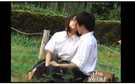 【盗撮動画】青姦・とてもエロい草原で青姦をしている女子◯生と彼氏!