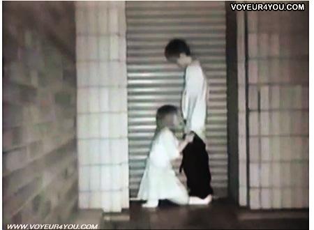 【個人撮影】青姦・とてもエロいシャッターの前でチンポコくわえてる女子◯生!