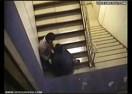 【個人撮影】青姦・学校の階段でチンポコ舐めてる女子◯生!