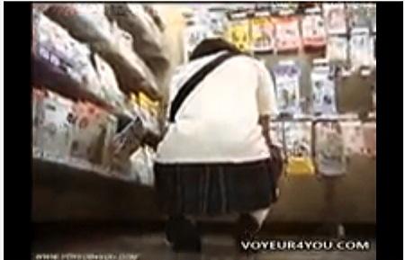 【個人撮影】パンチラ・レンタル屋にいる女子◯生ですがパンティが食い込んでオマンコの毛がもじゃもじゃ出てます!