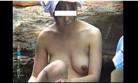 【盗撮動画】風呂・岩風呂につかっているボインの熟女人妻です!