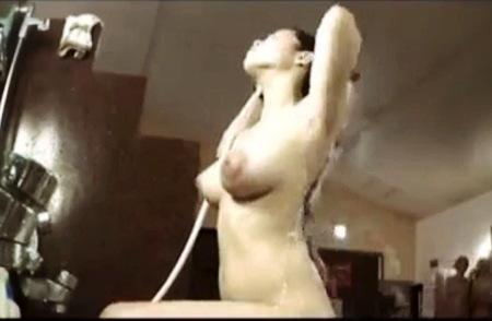 【盗撮動画】風呂・女子◯生くらいに見えますがオッパイはスイカのようです!