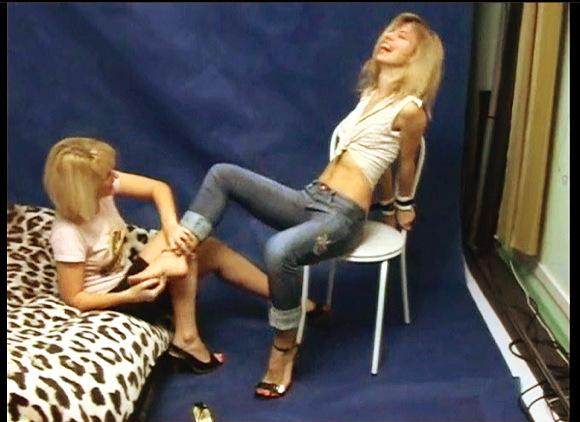 『TICKLISH RUSSIAN GIRL ON CHAIR WITH BEAUTIFUL LAUGH PART 1』【足の裏+拷問+可笑しい+苦しい】