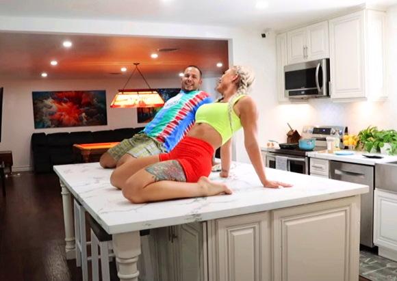 『私のHUSBANDのフロントで「WAP」ダンスを実行して、彼がどのように反応するかを確認します。 *陽気な、こっけいな*』【