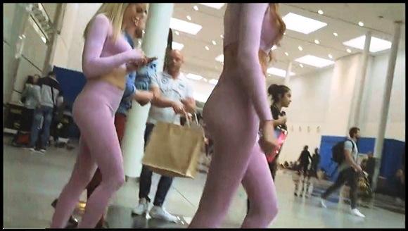 突如現れたピンク色の宇宙人のようなセクシーお姉さんたち。これはやばいレギンスですね。