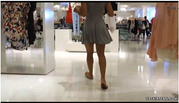 『これは危ない風の強い日のミニのドレス・スカート』他