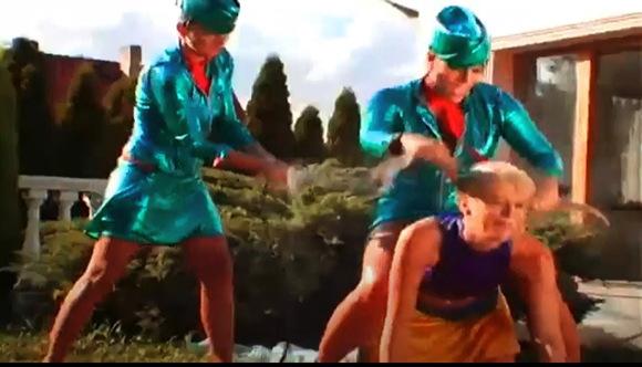 【ウェット&メッシー】チアリーダーとフライトアテンダント二人の間に闘争が起きます。お互いに水をかけてヌルヌルになりました『2人の女とチアリーダーの間のスーパー水かけファイト』他【動画】