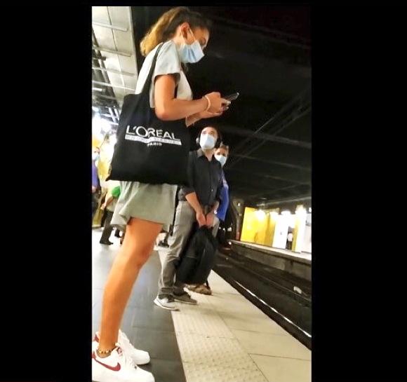【街撮り】『セクシーすぎる足のミニスカートの可愛い美少女』他【動画】