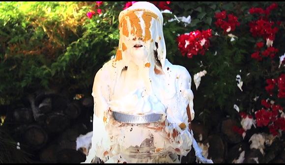 【ウェット&メッシー】『庭でシェルビーはパイでスライムになります』他【動画】