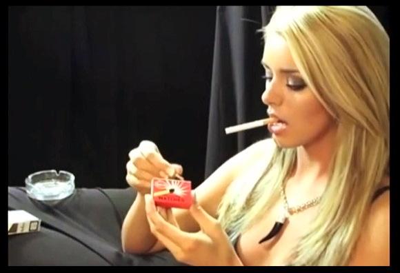 【喫煙フェチ+Smoking】『金髪お姉さんの喫煙フェチ動画』他【動画】