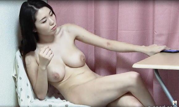 自然な巨乳の裸の日本人の女の子HIKARI