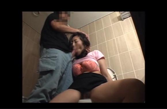 [盗撮]汚い公衆トイレ!発情した男女はフェラチオをしていた!