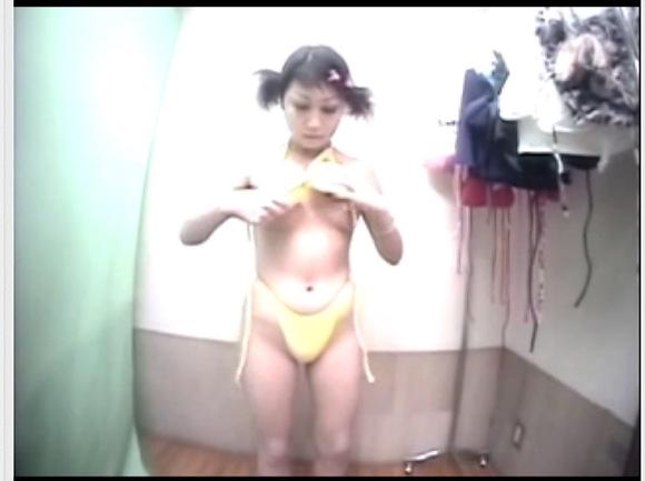 [盗撮]更衣室で水着を着替える若い女子大生!更衣室盗撮動画です![無修正]