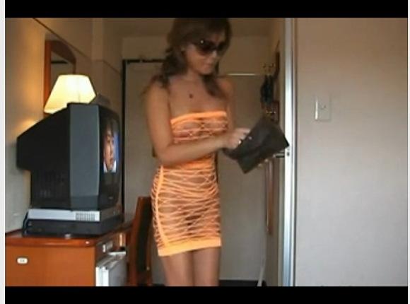 [盗撮]露出狂のお姉さんはスケスケ下着でピザ屋の出前に出る!露出盗撮動画です![無修正]