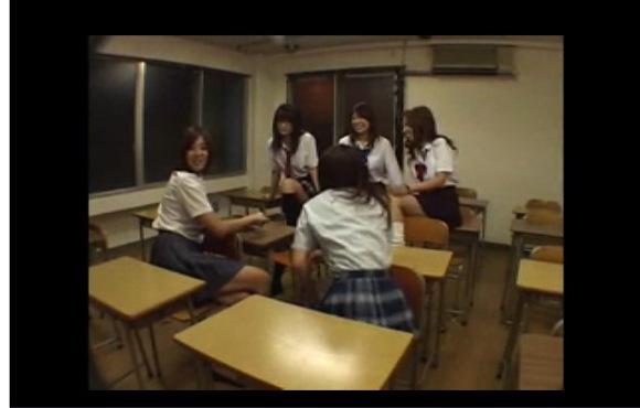 [盗撮]教室で制服娘たちはフェチな気分になり、ものを踏んでクラッシュ系ビデオ!フェチ巨乳動画です!
