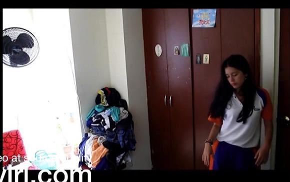 [盗撮]ミニスカートの女子大生くらいの美人が帰ってきました!着替えをします!民家盗撮動画です!