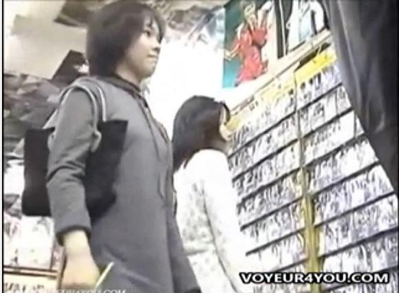 【パンチラ】ビデオ屋にビデオを借りに来て逆さ撮りされたお姉さん!