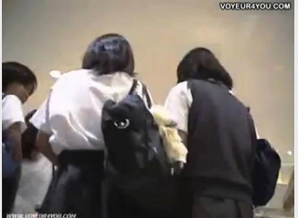 【パンチラ】可愛い制服娘たちです!屋外で追跡して逆さ撮り!【無修正】