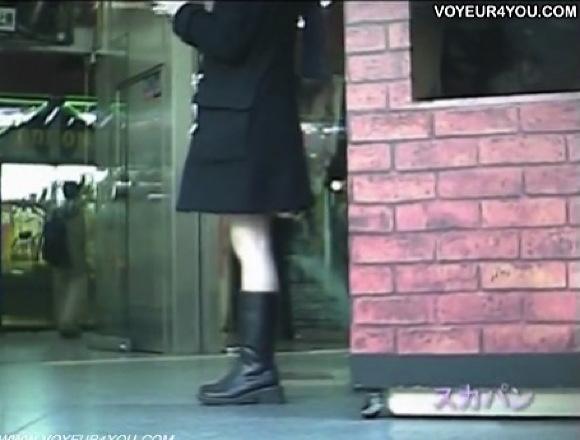 【パンチラ】かなりの可愛いミニスカート素人!屋外で若い美人のパンツを盗撮してまわりました!